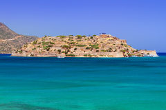 Turquise vatten av den Mirabello fjärden på Kreta Royaltyfria Bilder