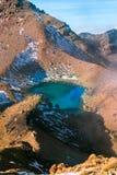 Turquoise鲜绿色湖视图和活火山,从超现实的火山的地形,东格里罗国家公园的抽烟的硫磺 免版税图库摄影