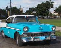 Turquoise de vintage et voiture cubaine blanche Photo stock
