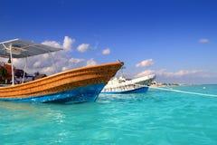 Turquoise la Caraïbe de bateaux de plage de Puerto Morelos images stock