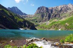 Turquoise See in den Bergen. Lizenzfreie Stockbilder