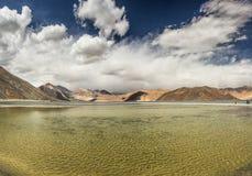 Turquoise See in den Himalajatibet-Bergen mit Wolken und blauem Himmel lizenzfreies stockbild
