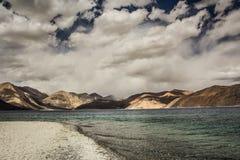 Turquoise See in den Himalajatibet-Bergen mit Wolken und blauem Himmel stockfotografie