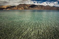 Turquoise See in den Himalajatibet-Bergen mit Wolken und blauem Himmel stockbilder