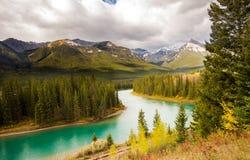Turquoise See in Nationalpark Alberta Canada Banffs im Sommer lizenzfreie stockfotografie