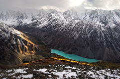 Turquoise See unter schneebedeckten Bergen Stockbild