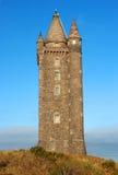 Turreted Scrabo塔被建造Scrabo石头从它站立的小山挖掘了 免版税库存照片