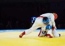 Tursunov S (Rojo) y Sagyn K Lucha (del azul) Fotografía de archivo libre de regalías