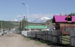 Turt村庄和登上在湖Hovsgol岸用力嚼Sardyk  库存照片