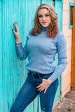 Αρκετά ξανθή γυναίκα κοριτσιών στο πουλόβερ turtleneck στοκ φωτογραφία