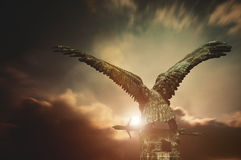 Turul-Vogel mit einer Klinge mit apokalyptischem Himmel Stockbilder