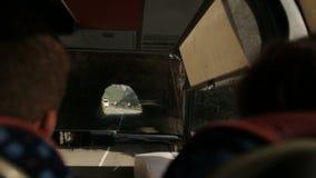 Turyści jadą na drodze przez skały w autobusie w Montenegro jak Chorwacja lub Włochy zdjęcie wideo