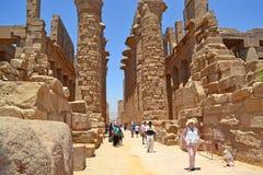 Turyści na wycieczce w Karnak świątyni obrazy stock