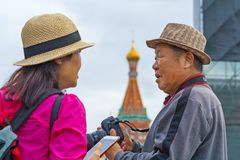 Turyści od Azja z DSLR telefonem przeciw St basila katedrze na placu czerwonym i kamerą zdjęcia royalty free