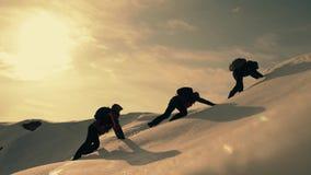 Turyści wspina się halną śnieżną falezę Rozciągać pomocną dłoń ludzie pomagają each inny Praca zespołowa, pracy zespołowej pojęci zbiory