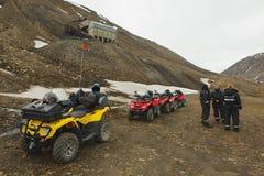 Turyści łączą wycieczkę na droga pojazdach blisko Longyearbyen, Norwegia Zdjęcie Royalty Free