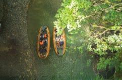 Turyści żeglują na gumowej łodzi wzdłuż jaru, Gruzja, odgórny widok Zdjęcie Stock