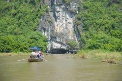 Turyści Asia podróżuje w łodzi wzdłuż natury rzekę Fotografia Royalty Free