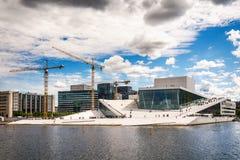 Turyści bada Oslo operę, Norwegia obraz stock