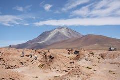 Turyści badają wulkan na Boliwia, Chile granicie - zdjęcia stock