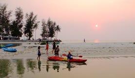 Turyści bawić się kajaki przy krzywka Ranh zatoką w Nha Trang, Wietnam Zdjęcie Stock