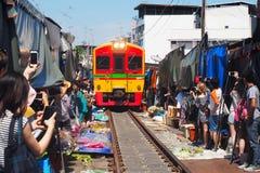 Turyści biega przez Rom M biorą obrazki pociągi Hup Zdjęcia Royalty Free