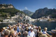 Turyści bierze łódź Amalfi, miasteczko w prowinci Salerno, w regionie Campania, Włochy, na zatoce Salerno, 24 mi Zdjęcie Stock
