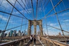Turyści bierze fotografie przy mostem brooklyńskim fotografia royalty free