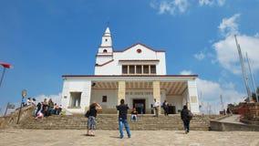Turyści bierze obrazki przed Kościelnym Santuario Del señor Caido de Monserrate na górze góry Monserrate Obraz Stock