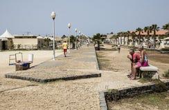 Turyści bierze w łatwym na ścieżce morzem przy Santa Marial na Sal Zdjęcie Stock