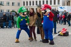 Turyści biorą fotografie z charakterami sławna gra komputerowa &-x22; Mario Brothers&-x22; Obrazy Stock