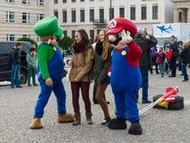 Turyści biorą fotografie z charakterami sławna gra komputerowa &-x22; Mario Brothers&-x22; Obrazy Royalty Free
