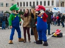 Turyści biorą fotografie z charakterami sławna gra komputerowa &-x22; Mario Brothers&-x22; Zdjęcie Royalty Free