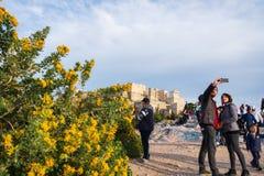 Turyści biorą selfies na areopagu wzgórzu przeciw akropolowi Ateny w tle zdjęcia royalty free