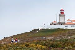 Turyści chodzą blisko latarni morskiej Cabo da Roca Zdjęcie Stock