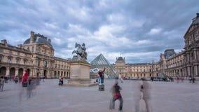 Turyści chodzą blisko louvre w Paryskim timelapse zbiory