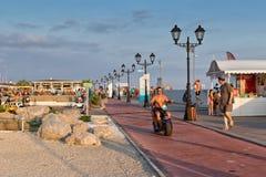 Turyści chodzą i jadą na elektrycznych cyklach i rowerach na prome Obraz Royalty Free