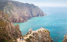 Turyści chodzą nad nabrzeżnymi skałami Cabo da Roca Obraz Royalty Free