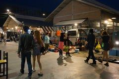 Turyści chodzą robić zakupy przy noc rynku Srinakarin drogą lub pociągu rynkiem, Tajlandia Obrazy Stock
