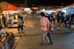 Turyści chodzą robić zakupy przy noc rynku Srinakarin drogą lub pociągu rynkiem, Tajlandia Obrazy Royalty Free