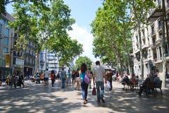 Turyści chodzą sławną Rambla ulicę w Barcelona. Obraz Stock
