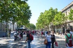 Turyści chodzą sławną Rambla ulicę w Barcelona. Obraz Royalty Free