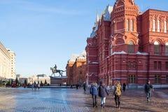 Turyści chodzą Twierdzić Dziejowego muzeum w Moskwa obraz royalty free