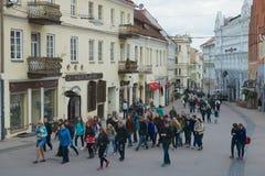 Turyści chodzą ulicą stary miasteczko w Vilnius, Lithuania Obraz Stock