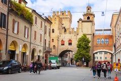 Turyści chodzą w centrum Ferrara, Włochy Zdjęcia Stock