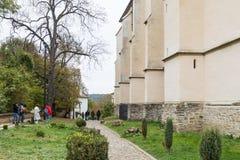 Turyści chodzą wokoło kościół transakci St Nicholas i sprawdzają je w kasztelu w Starym mieście Sighisoara miasto w Rumunia Zdjęcie Stock