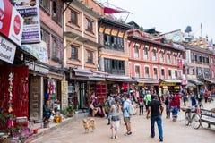 Turyści chodzą wokoło kwadrata przy Boudhanath w Kathmandu, Nepal Zdjęcie Stock