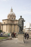 Turyści chodzą wokoło zabytku Julius Caesar rome Włochy Obrazy Royalty Free