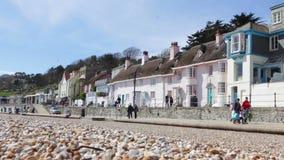 Turyści chodzą wzdłuż dennego przodu Lyme Regis w Brytania zbiory