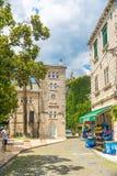 Turyści chodzą wzdłuż wąskich ulic stary miasto obraz royalty free
